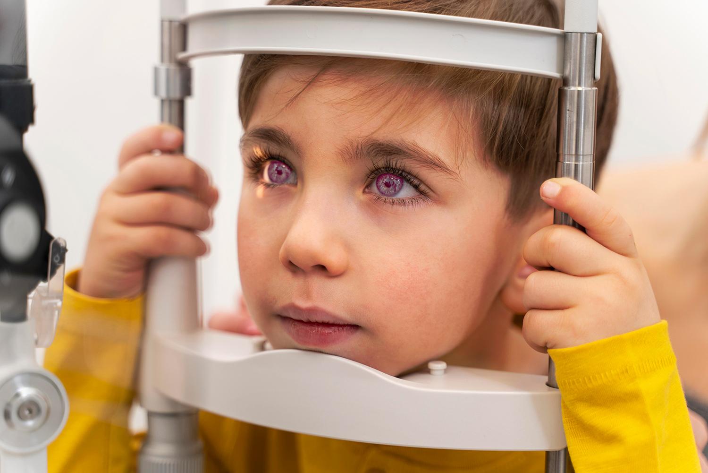 Un niño pequeño en medio de un exámen de la vista.