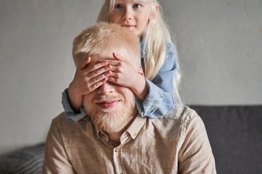 Retrato de una niña sonriente con albinismo.